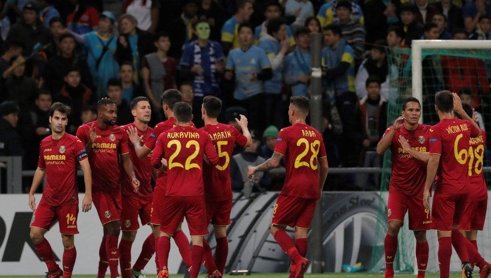 Los jugadores del Villarreal celebran su gol