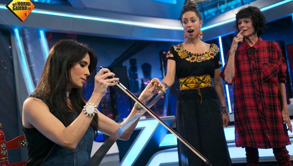Pilar Rubio toca una canción de nana con un serrucho a modo de violín