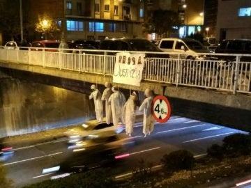 Cuelgan cinco muñecos ahorcados con la imagen de los miembros de 'La Manada' de un puente de Pamplona