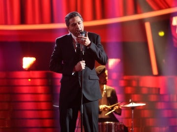 Raúl Pérez se mete en la piel de Leonard Cohen para cantar 'Dance me to the end of love'