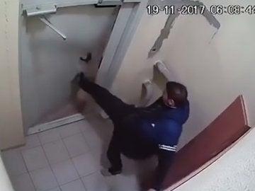 El hombre intentado abrir la puerta