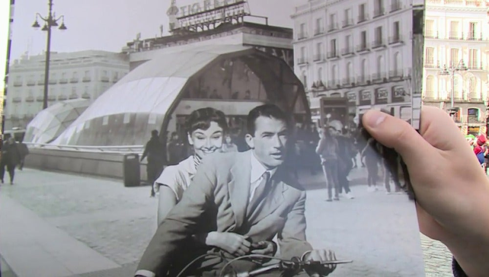 Un calendario sitúa en Madrid escenas del cine clásico, como 'Casablanca' o 'Cantando bajo la lluvia'