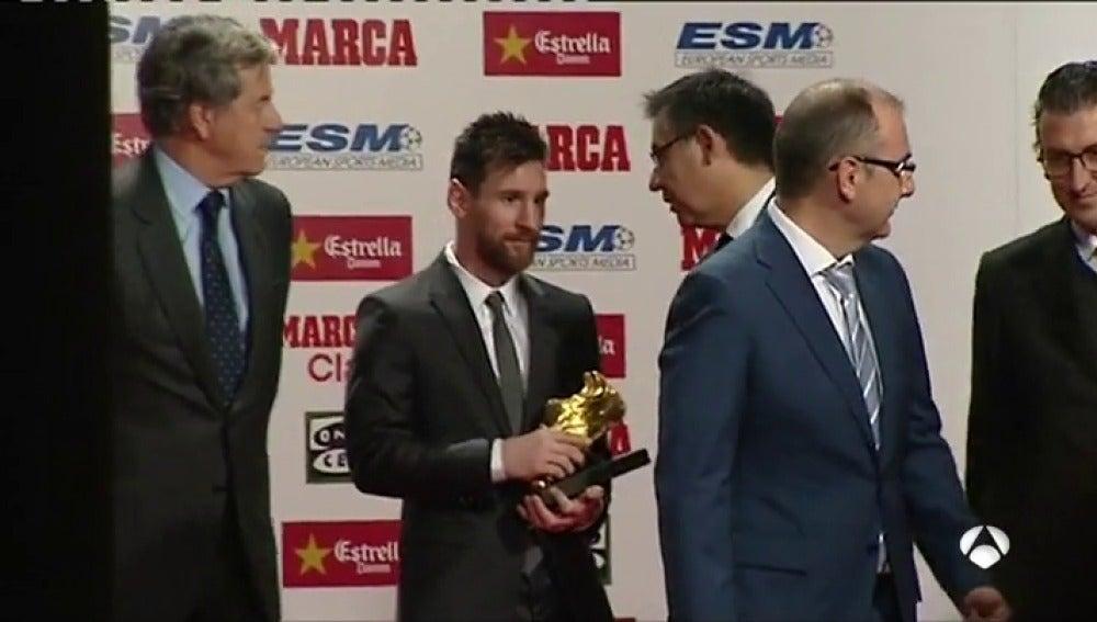 El 'ninguneo' de Messi a Bartomeu en la foto con la Bota de Oro