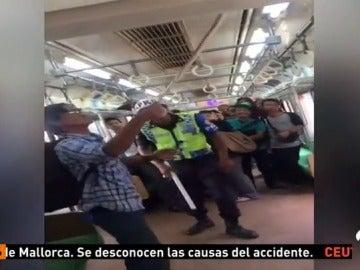 Un pasajero estampa contra el suelo a una serpiente escondida en un vagón del metro de Yakarta
