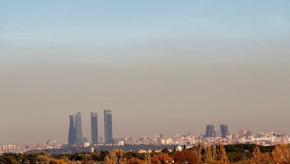 Vista de una capa de contaminación cubriendo la ciudad de Madrid