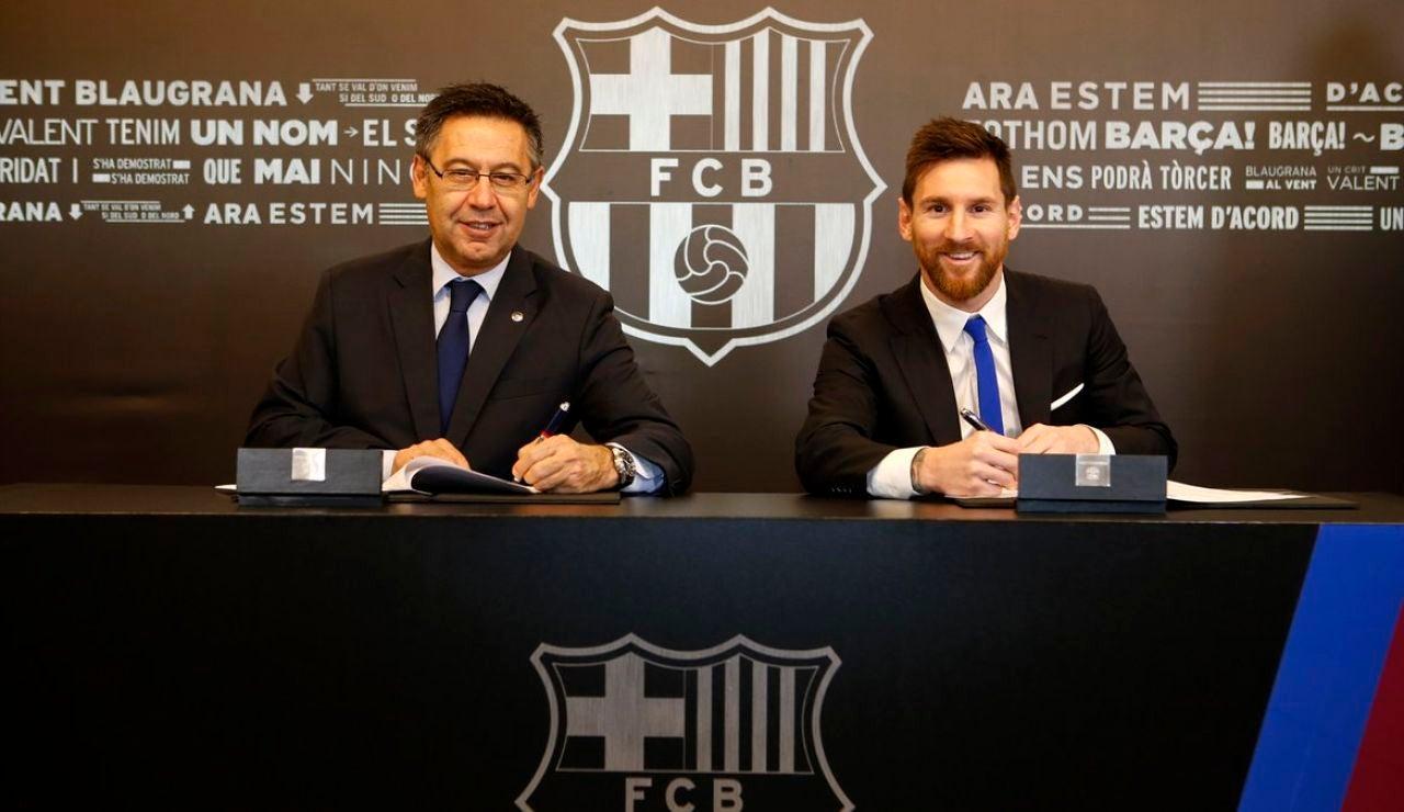 Bartomeu y Messi, en la firma de uno de los contratos del argentino