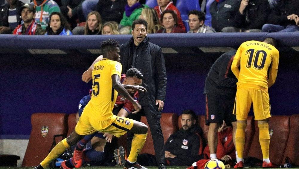 Simeone da instrucciones a sus jugadores durante el Levante - Atlético de Madrid