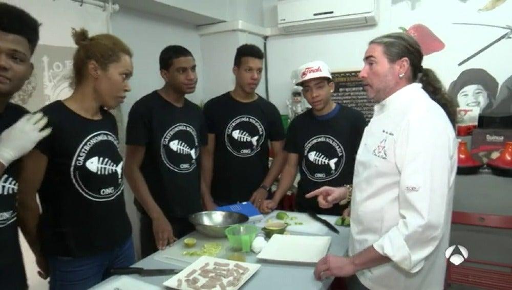 Una ONG imparte clases de cocina a jóvenes delincuentes para ayudarles a reintegrarse en la sociedad