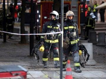 Bomberos en un incendio en Granada