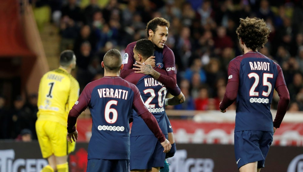 Neymar celebra con sus compañeros su gol ante el Mónaco