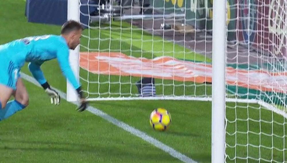 Momento en el que el disparo de Messi entra en la portería del Valencia