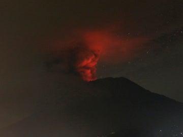 El volcán Agung en erupción, en la isla indonesia de Bali