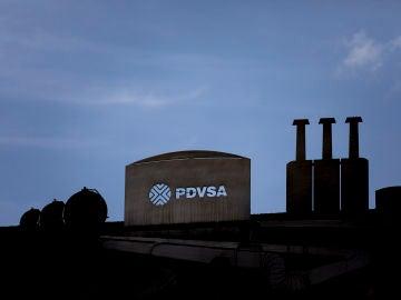 Detalle de una escultura en las inmediaciones del edificio de la sede principal de Petróleos de Venezuela (PDVSA), en Caracas (Venezuela).
