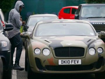 Balotelli entra en su coche de camuflaje