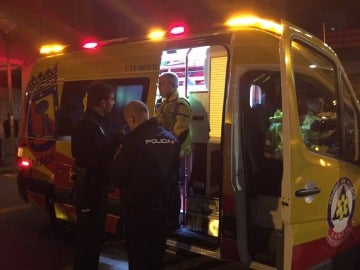 Los servicios de emergencias tratan a un hombre herido con arma blanca en Madrid