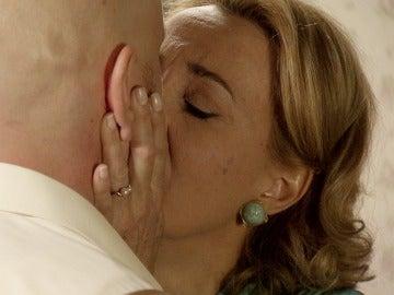 Matilde y Azevedo sellan su amor con un apasionado beso