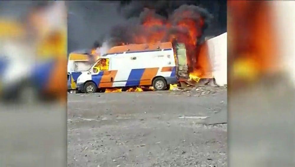 Arden tres ambulancias y un furgón en estado de abandono en un solar de Las Palmas de Gran Canaria