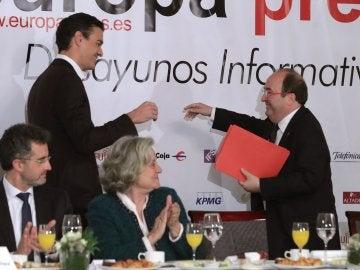 El secretario general del PSOE, Pedro Sánchez, saluda a Miquel Iceta