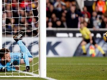 Neto despeja el balón que entró y que el árbitro no concedió en el Valencia-Barça