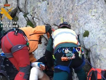 Los dos montañeros durante el rescate