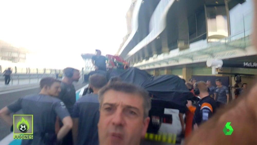 Reacción violenta de un mecánico de McLaren con la prensa tras el accidente de Alonso