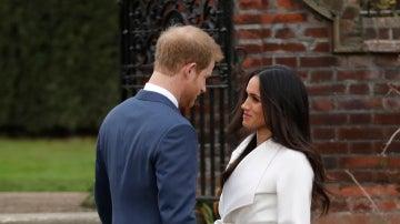 El príncipe Harry y Meghan Markle durante su primer posado oficial