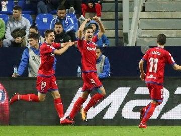 Los jugadores del Numancia celebran el gol que les dio el pase en La Rosaleda