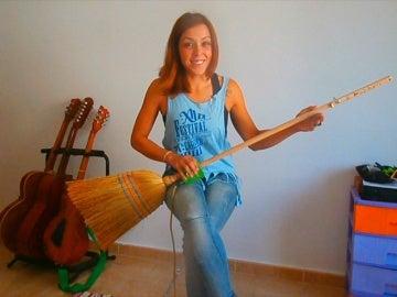 La guitarra - escoba, el instrumento estrella de Silvia