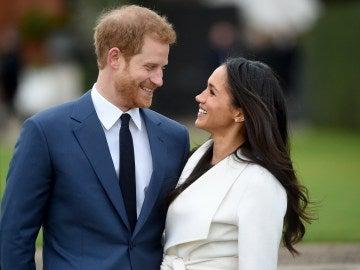 El príncipe Enrique de Inglaterra y su prometida, la actriz estadounidense Meghan Markle