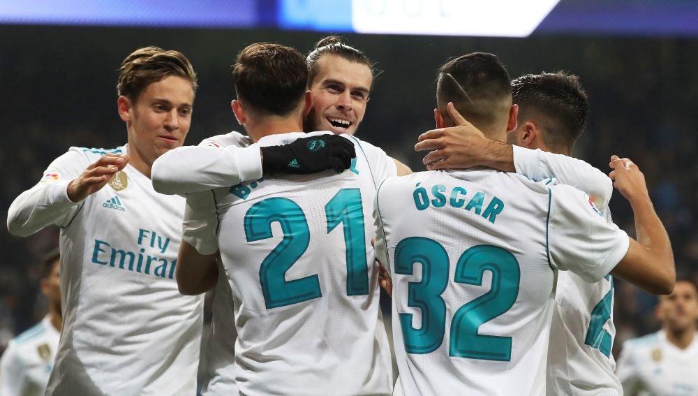 Bale y Mayoral celebran un gol ante el Fuenlabrada