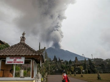 Vista del volcán Agung arrojando ceniza desde el templo de Besakih en Karangasem, Bali