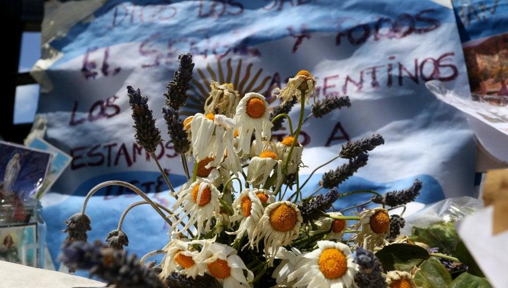 Rosas marchitas en un altar hecho en honor a los tripulantes del submarino ARA San Juan