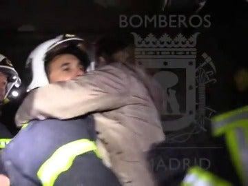 El incendio en una vivienda de Madrid, visto como los bomberos