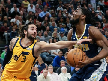 Ricky Rubio intenta tapar el intento de canasta de Kenneth Faried