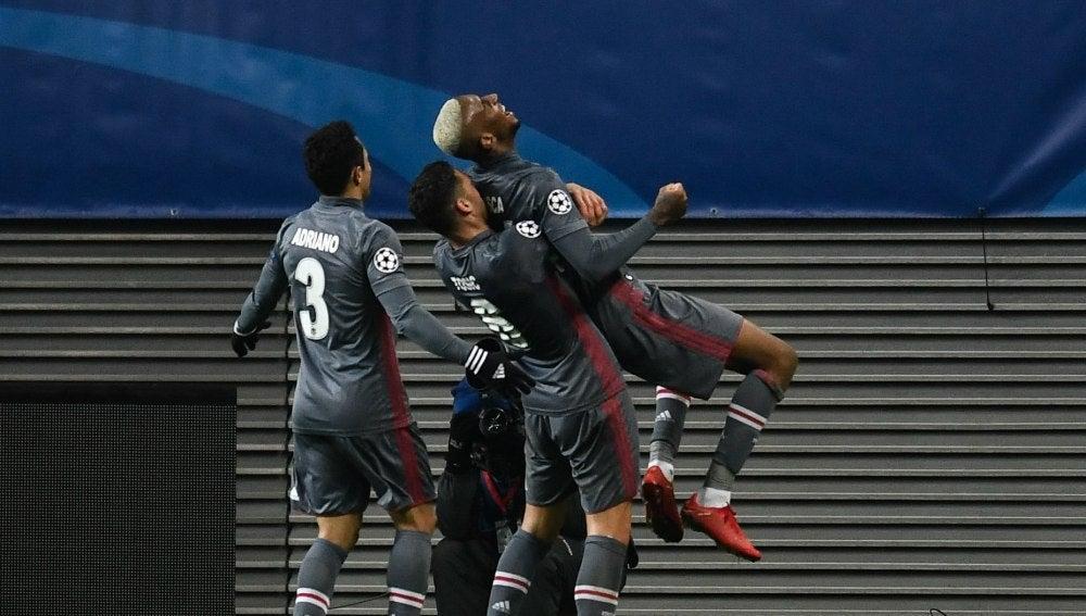 Los jugadores del Besiktas celebran uno de los goles de su qeuipo
