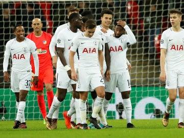 Los jugadores del Tottenham celebran un gol