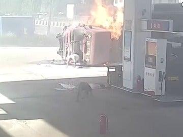 Dos camiones chocan frontalmente en la entrada de una gasolinera en la ciudad China de Hebei