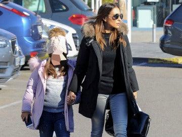 Paula Echevarría muy seria junto a su hija Daniella