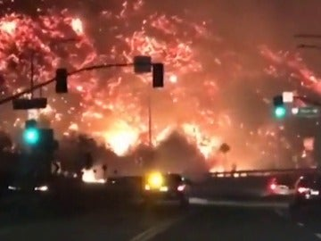 El fuego sigue arrasando California