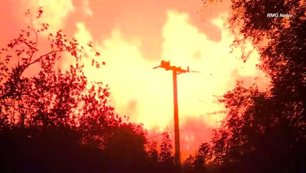 El fuego sigue arrasando California: alcanza a las millonarias mansiones de Bel Air