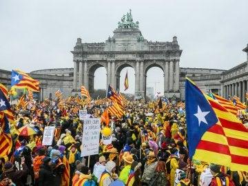 Cientos de manifestantes se concentran en la explanada del Parque del Cincuentenario de Bruselas
