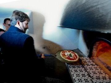 El ministro de Cultura de Italia, Dario Franceschini, visita el primer horno de piedra donde se cocinó una pizza margarita