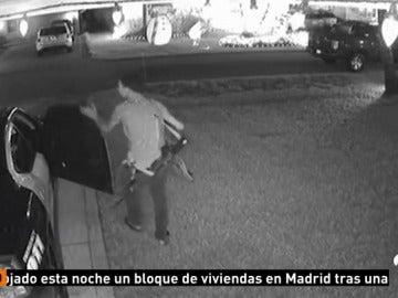 Las cámaras de seguridad graban cómo un hombre roba en un coche patrulla en Florida