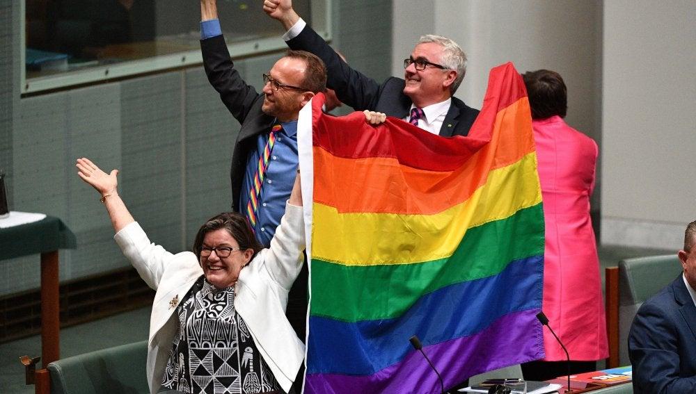 Varios diputados australianos celebran la aprobación del matrimonio homosexual