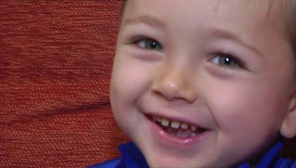 Un niño de tres años está siendo tratado con un medicamento que aún no se comercializa y que frena la atrofia muscular