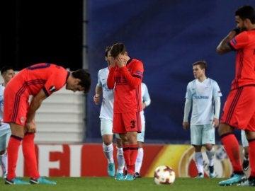 Los jugadores de la Real Sociedad se lamentan tras recibir un gol ante el Zenit