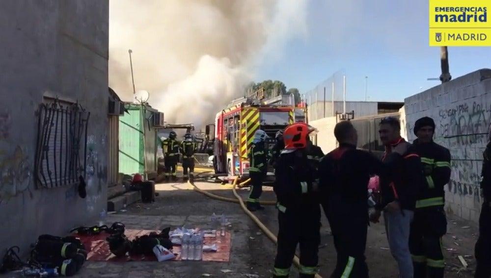 Una veintena de familias desalojadas por un incendio en varias infraviviendas de la Cañada Real en Madrid
