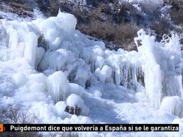 Miles de turistas acuden a contemplar las famosas cascadas de hielo de las montañas de Pekín