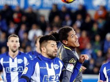 Maripán y Lemos luchan por el balón
