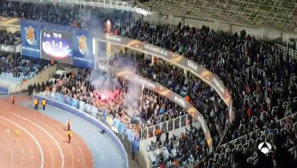 Momentos de tensión en Anoeta: los ultras rusos del Zenit colaron bengalas en el campo